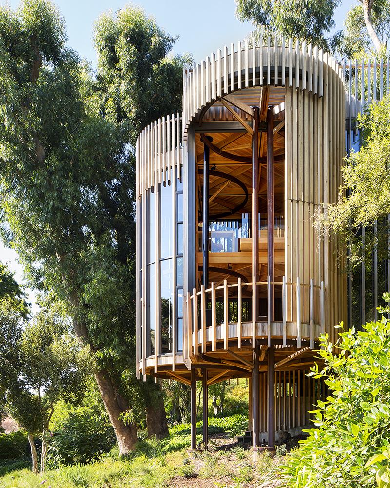Kuća u šumi kao kućica na drvetu