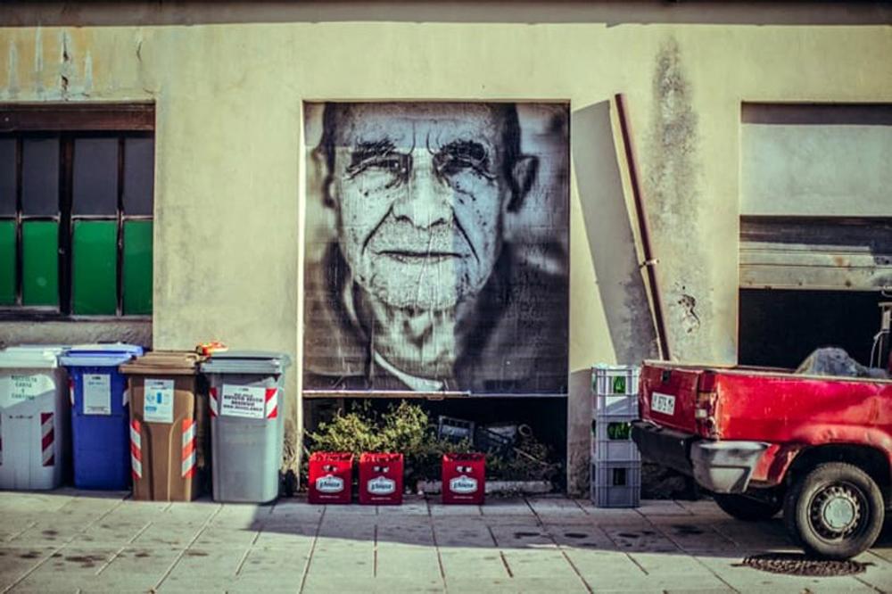 Dizajneri oživeli malo pusto selo velikim portretima